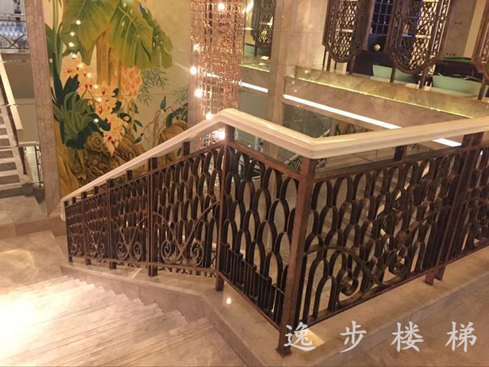 武汉会所铁艺栏杆扶手以q235型材50*50mm方管为边框,40*5mm花纹扁铁